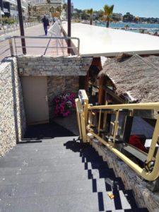 Montascale a pedana per disabili nello stabilimento balneare in Juan-Les-Pins (ANTIBES)
