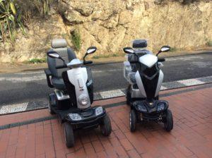 Due Scooter elettrici per disabili e anziani modelli MAXI XLS (a sinistra) e MIDI LX (sulla destra)