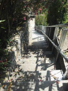 montascale a pedana per disabili installato all'esterno con zincatura