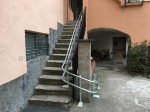 Dettaglio guida e scala Montascale, servoscala installato in Orco Feglino, Savona