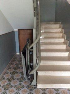 Servoscala a pedana installato sul corrimano della scala in Borghetto Santo Spirito (SV)