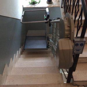 dettaglio salita servoscala a pedana in Borghetto Santo Spirito (SV)