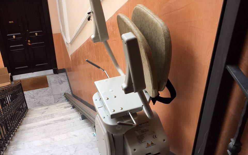 Montascala a poltroncina per scala dritta Seniorlife modello Basic con batteria che protegge il passeggero e impegisce di restare bloccati nel caso di mancanza di corrente elettrica - Installato in La Spezia